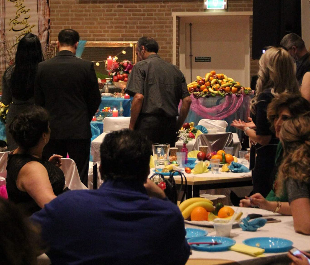 Tijdens de avond wordt er Perzisch gezongen en is er een toespraak.