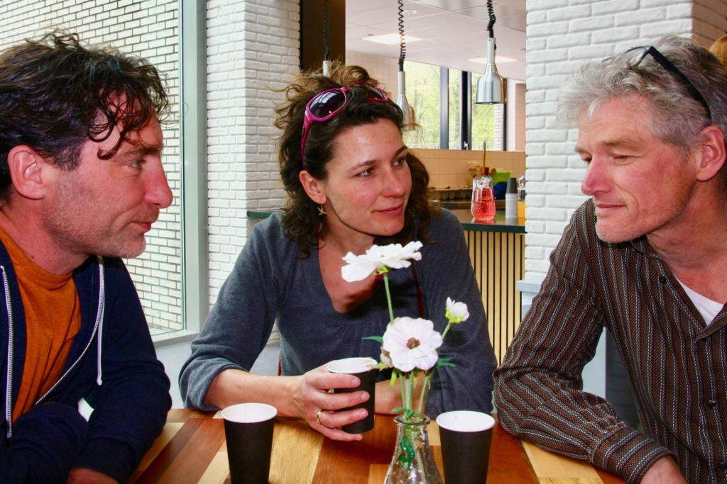 De kring komt elke twee weken samen, eet gezamenlijk, doet Bijbelstudie of iets anders